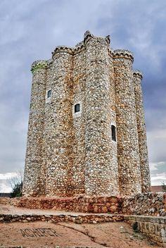 CASTLES OF SPAIN - El castillo de Villarejo de Salvanés formaba parte del sistema defensivo que protegía el paso por el antiguo Camino de Toledo, así como por la llamada Senda Galiana (calzada romana que enlazaba la Galia e Hispania, en uso durante la Edad Media). Fue sede del Tribunal Especial de las Órdenes Militares, en el siglo XIX, acogió como refugiado a El Empecinado, además de convertirse en el punto de origen de uno de los fracasados levantamientos del Juan Prim.