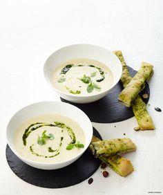 Rezept für Sellerie-Rahm-Suppe mit Focaccia bei Essen und Trinken. Und weitere Rezepte in den Kategorien Gemüse, Gewürze, Kartoffeln, Kräuter, Milch + Milchprodukte, Nüsse, Hauptspeise, Suppen / Eintöpfe, Backen, Kochen, Einfach, Schnell, Vegetarisch.