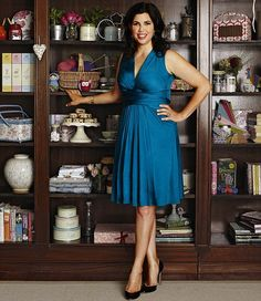Kirstie Allsopp certainly has  an individual style and sense of fashion and we love the bog bold and vintage fabrics and styles she's famous for. But we also love her style when she keeps in simple and classic as she does here in this stunning plunging V Neckline dress. Love Her Style, Your Style, Christie Hefner, Real Women Bodies, Nice Dresses, Summer Dresses, Tv Presenters, Necklines For Dresses, Nigella