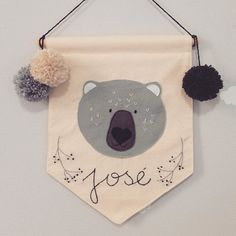Já sou apaixonada na carinha desse urso e ai me pedem pra fazer um bordadinho, pronto, to amando essa flâmula  @alessandra_b19 ❤️ Já sabe né, personalizo a flâmula pra você   #flâmula #flamula #flamulas #flamulainfantil Felt Banner, Bunting Banner, Baby Decor, Kids Decor, Desenho Kids, Diy Projects To Try, Sewing Projects, Felt Crafts, Diy And Crafts