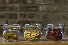 Trucs pour déshydrater fruits et légumes à la maison, avec un four conventionnel. La page contient un lien vers un guide de déshydratation de certains fruits et légumes.