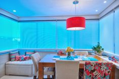 Varanda integrada com sala, virou sala de jantar