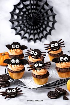 Bat cupcakes and spider cupcakes: a Halloween recipe for Oreo cupcakes - Nicest Things Halloween Cupcakes Oreo Bat Cupcakes Spiders Fledermaus Cupcakes und Spinnen Cupcakes: ein Halloween Rezept für Oreo Cupcakes – Nicest Things 0 Source by lynn_lin Oreo Halloween, Plat Halloween, Halloween Cupcakes Easy, Dessert Halloween, Halloween Snacks For Kids, Halloween Food For Party, Halloween Cookies, Halloween Treats, Halloween Recipe