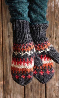 Kirjoneulelapaset – helppo ohje | Meillä kotona Fingerless Mittens, Knitting Socks, Knitted Hats, Knitting Designs, Keep Warm, Yarn Crafts, Crochet Clothes, Arm Warmers, Tricot