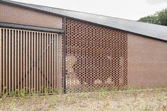 De transformatie van de gebouwen en het ontwerp op verschillende niveaus is verzorgd door een samenwerking van OMGEVING en B-bis architecten.