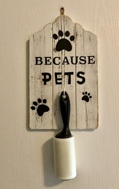 """DIY: Make a """"Pet Sign"""" to hold your lint roller - - Do you have pets? If you answered """"yes"""" then you probably have dog hair or cat hair get on your clothes most days. If you're like me, you pull out the lint roller to clean off the…. Wood Crafts, Diy And Crafts, Dog Rooms, Cat Hair, Home Projects, Garden Projects, Wood Signs, Cat Signs, Diy Gifts"""