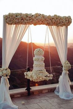 18 Hanging Wedding Cakes That Are The Ultimate Showstoppers! This really adds to the event decor 18 Hanging Wedding Cakes That Are The Ultimate Showstoppers! This really adds to the event decor Beautiful Wedding Cakes, Perfect Wedding, Dream Wedding, Wedding Day, Cake Wedding, Wedding Cake Display, Luxury Wedding Cake, Wedding Shoes, Elegant Wedding Cakes