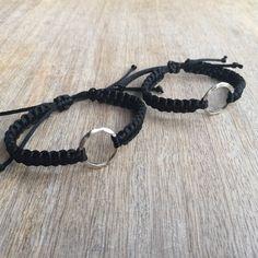 Parejas pulseras su pulsera círculo de la vida negro por Fanfarria Cool Mens Bracelets, Diy Bracelets Easy, Couple Bracelets, Summer Bracelets, Bracelet Crafts, Paracord Bracelets, Handmade Bracelets, Beaded Bracelets, Puzzle Piece Necklace