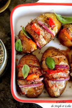 """Pour cette recette, je me suis inspirée des """"pommes de terre suédoise"""" qui tournent depuis un bon moment sur la toile :) Parfaites pour accompagner des grillades au BBQ Pour 6 personnes Ingr..."""