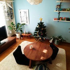 chi-sanさんの、リビング,観葉植物,IKEA,飾り棚,ニトリ,セリア,六畳,クリスマスツリー,シャンブル,Natural zakka*,丸い机,のお部屋写真 Blue Walls, Room, Display, Interior, Home, New Homes, Wall, Interior Display