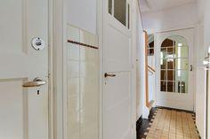 Jaren30woningen.nl | Hal met #jaren30 details zoals originele tegels #deurbeslag