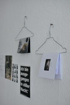 dasmaedchenmitdenlocken:   DIY: Hängende Seiten.    Kleiderbügel für Zeitschriften