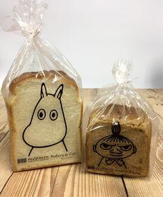 9月1日からは「ごまパンシリーズ」が新登場!食パンパッケージが新しくなったムーミンベーカリー&カフェラクーア店。 - ムーミン公式サイト Bakery Icon, Bakery Cafe, Bread Packaging, Cookie Packaging, Food Branding, Food Packaging Design, Sachet Bags, Collage Illustration, Moomin