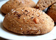 Recept na úžasné domácí dalamánky ze zákvasu, žitné a pšeničné chlebové mouky, otrub, špeku, vody, drceného kmínu a soli.