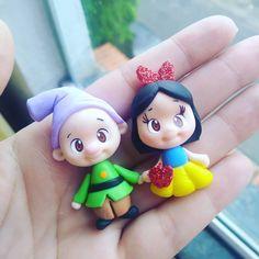 Nenhuma descrição de foto disponível. Clay Magnets, Miniature Crafts, Clay Figures, Polymer Clay Projects, Sculpture Clay, Disney Pins, Felt Ornaments, Clay Art, Biscuits