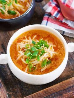 お財布にも身体にもやさしい もやしだけのポカポカスープ。 作り方は、めちゃめちゃ簡単で お鍋で煮汁を沸騰させたら あとは、もやしを加えてサッと煮るだけ。 具材は、もやしだけと とってもシンプルですが 味噌とごまの風味が生きているので ごくごくと飲み干すほど♡
