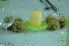 Sviečka dodekorovaná dekoračnými sklami a prírodnými guľkami.