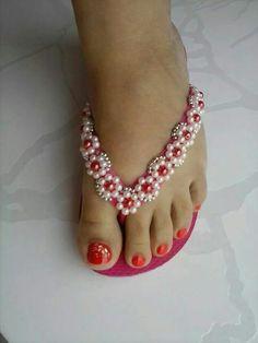 havaianas-decoradas- I call them Classy Flip Flops . Flip Flops Diy, Flip Flop Craft, Flip Flop Shoes, Beaded Beads, Beaded Shoes, Beaded Sandals, Beaded Jewelry, Crochet Sandals, Crochet Shoes