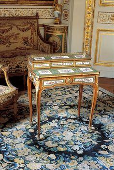 Table à gradin dite « bonheur du jour » Estampille de Martin Carlin, maître en 1766  Vers 1766  Chêne plaqué de bois de rose, ornée de bronzes ciselés et dorés et de plaques de porcelaine tendre de Sèvres