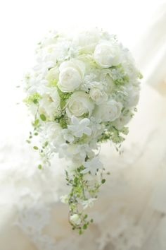 今週の花の市場は、秋の大争奪戦でした。たまに市場で会う方と立ち話をすると「声をかけようかと思うんですが、いつも真剣に花だけガン見してるので」と、よく言われ... Bridal Brooch Bouquet, Hand Bouquet, Flower Bouquet Wedding, Floral Wedding, Bride Flowers, Romantic Flowers, Bride Bouquets, Flower Vases, Flower Arrangements
