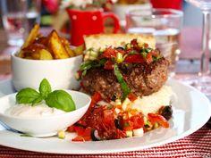 Chiliburger med salsa, potetstaver og chilikrem - TRINEs MATBLOGG