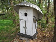 Primitive Pie Tin Roof Birdhouse White and Black Spoons Fork Unique Could use copper pieces to make these Homemade Bird Houses, Bird Houses Diy, Fairy Houses, Bird House Feeder, Bird Feeders, Garden Crafts, Garden Projects, Bird Boxes, Kinds Of Birds