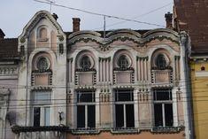 Architecture of Cluj - Piața Unirii - Transylvania Hostel Art Nouveau Architecture, Hostel, American Art, Barcelona Cathedral, Places To Visit, Art Deco, City, Building, Image