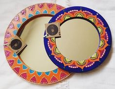 Espejos hechos y pintados a mano con madera reutilizada Mirrors made and hand painted with reused wood Dot Painting, Painting Frames, Diy Photo Frame Cardboard, Crafts To Do, Arts And Crafts, Truck Art, Mirror Mosaic, Pretty Designs, Mirror Work
