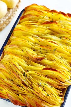 Crispy baked leaf potatoes with butter. Best Potato Recipes, Roasted Potato Recipes, Favorite Recipes, Healthy Recipes, Sliced Potatoes, Roasted Potatoes, Side Dish Recipes, Dinner Recipes, Potato Side Dishes
