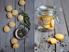 VÝPEČKY: PARMAZÁNOVÉ SUŠENKY S PEPŘEM Appetizer Recipes, Appetizers, Crackers, Great Recipes, Biscuits, Brunch, Stuffed Peppers, Vegan, Cookies