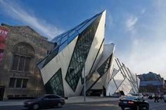 Threatening architecture, Daniel Libeskind's Crystal rennovation at the the Royal Ontario Museum, Toronto.