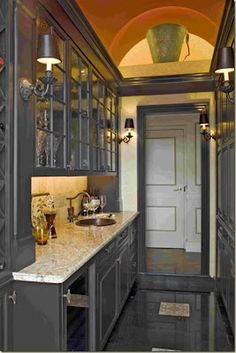 this has got to be one of the chicest kitchen I have ever seen... and it's place in a corridor!