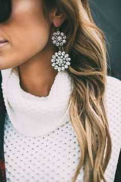 Gorgeous earrings paired with white jumper <3 Click on the photo and learn on YouQueen.com how to wear oversized earrings