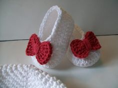 There is a free pattern for the booties and the bow