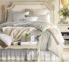 Piccolo locale dal tocco romantico - Camera da letto piccola arredata in stile shabby, nelle tinte neutre.