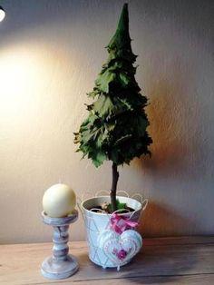 Príprava na Vianoce. Strom som vyrobila z hroznových listov