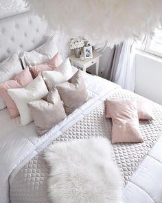 Runsas määrä tyynyjä tuo kodikasta ja pehmeää tunnelmaa makuuhuoneeseen. Valkoisen rinnalla vaaleanpunaiset sävyt tuovat kivasti pientä romantiikkaa tilaan.
