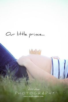 Maternity photography pose: little crown. Houston maternity photographer.