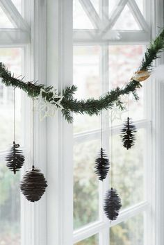 DIY Weihnachtsdeko und Bastelideen zu Weihnachten, skandinavische Deko, Weihnachtsschmuck, Fensterdeko mit Tannenzapfen