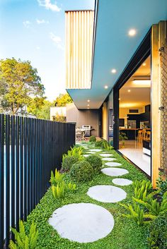 27 Minimalist Garden Design Ideas For Small Garden > Backyard Garden Design, Backyard Patio, Rooftop Garden, Round Pavers, Side Yard Landscaping, Luxury Landscaping, Minimalist Garden, Side Garden, Outdoor Gardens