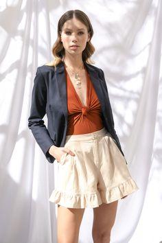 Body terracota Studio F, blazer azul marino Liz Claiborne, short beige con olan y sandalias café de pulseras MAP, set de collares Aktuales.