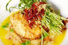 Ovnbagt torsk med karamelliserede løg, ærter og bacon