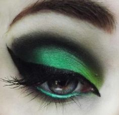 Eyeshadow inspired by the Wicked Witch of the West - Wizard of Oz Style halloween makeup looks Witch Makeup, Hair Makeup, Beauty Makeup, Hair Beauty, Looks Halloween, Halloween Face Makeup, Halloween Season, Halloween Eyeshadow, Maquillage Harry Potter