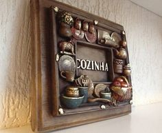 Peça em Gesso, com alto relevo (3D), pintada à mão. Ideal para ser usada como enfeite de porta ou decoração da sua cozinha.