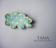 Ceramic brooch, turquoise cloud with gold flakes. Broche céramique, nuage turquoise et flocons d'or.