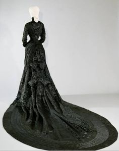 Back of mourning dress.This photo of Sisi's mourning dress shows the large bows in back and the parallel rows of ruching around the train of this dress 1880s Fashion, Victorian Fashion, Vintage Fashion, Victorian Era, Royal Clothing, Antique Clothing, Vintage Outfits, Vintage Dresses, Historical Costume