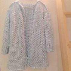 voici donc le tuto d'un gros gilet qui se tricote très vite et vous tiendra chaud tout l'hiver. Ce modèle est plus qu'inspiré de ce pull : wonderwoolsweater. Woola…