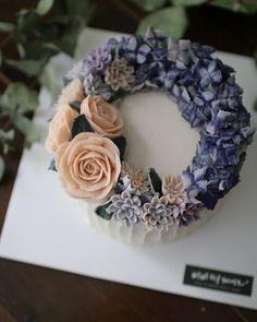 Rice Flower cake . . . www.vivi-cake.com . . #flowercake #korea #design #cake #flowercakeclass #cakeclass #flowers #riceflower #koreaflowercake #koreanflowercake #piping #rice #riceflowercake #wilton #wiltoncake #koreanbuttercream #flowers #baking #vivicake #cupcake #seoul #hongdae #cakeicing #플라워케이크 #떡케이크 #플라워케이크떡케이크 Buttercream Designs, Buttercream Cake Decorating, Buttercream Flower Cake, Cake Decorating Tips, Beautiful Cakes, Amazing Cakes, Korea Cake, Candy Drinks, Rice Cakes