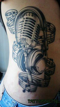 Een Tattoo Met Het Muziek Thema Microfoon Noten Koptelefoon