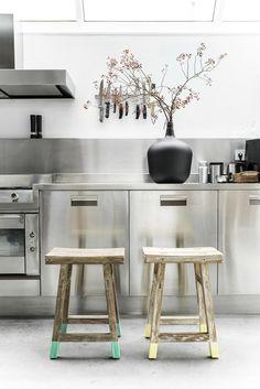 Super Modern Stainless Steel Kitchen Cabinet Design For Cozy Kitchen Ideas - Home Decor Ideas Küchen Design, House Design, Interior Design, Design Ideas, Cozy Kitchen, Kitchen Decor, Kitchen Ideas, Minimal Kitchen, Kitchen Stools